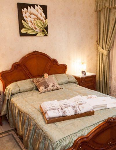 Habitació amb llit de matrimoni